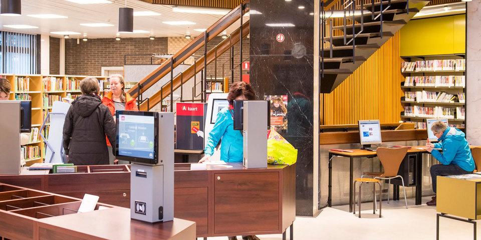 Bezoekers in de vernieuwde bibliotheek Driehoek in Ekeren