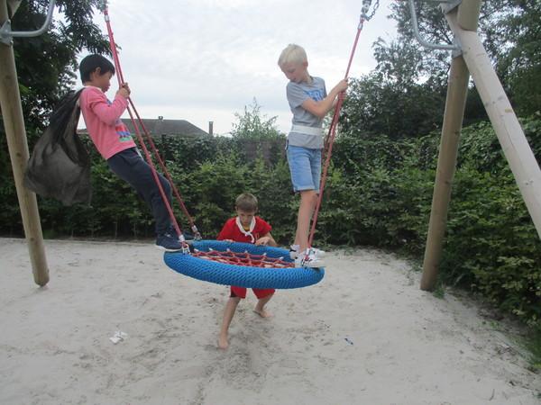 Kinderen spelen op het speelterrein aan vrijetijdscentrum De Schelde in Zandvliet