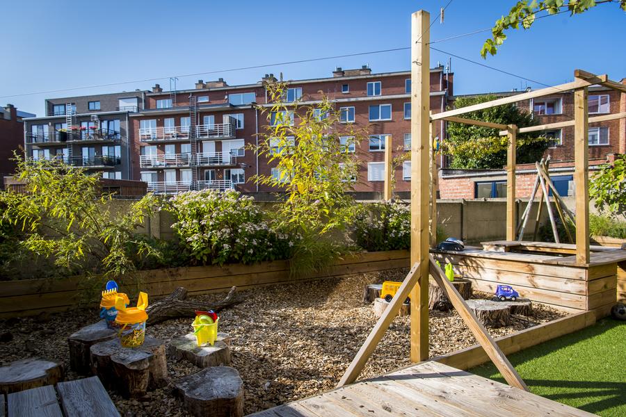 De houtsnipperzone met buitenkeuken