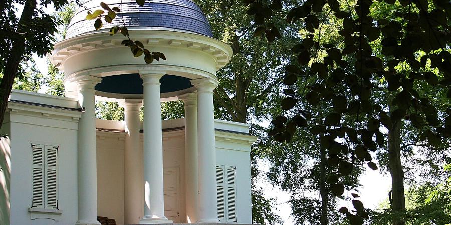 De voorkant van de Belvedère in park Sorghvliedt