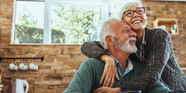 Ouder koppel dat elkaar omhelst