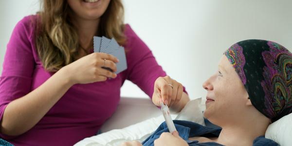 Een kankerpatiënt speelt een kaartspel.