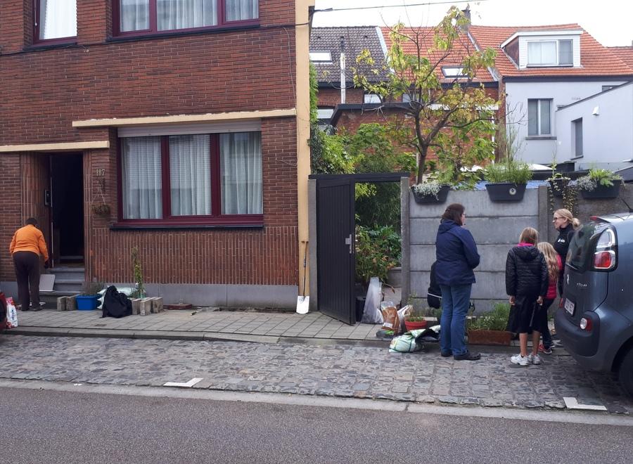 Buurtbewoners werken aan hun geveltuintje