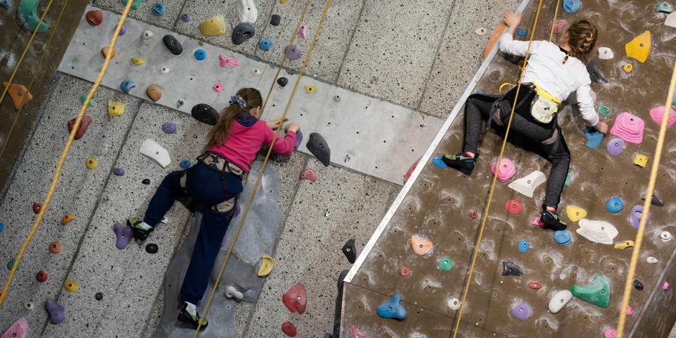 Kinderen zoeken hun weg op een klimmuur