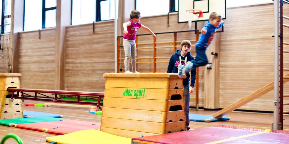 Kinderen springen van een plint