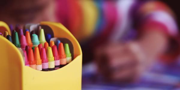 kind aan het kleuren