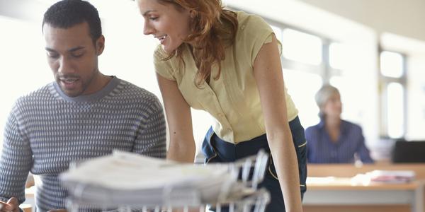 Twee collega's overleggen aan een bureau