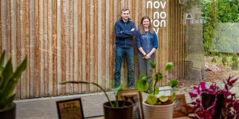 Benjamin en Liesbeth in de tuin van Novonov