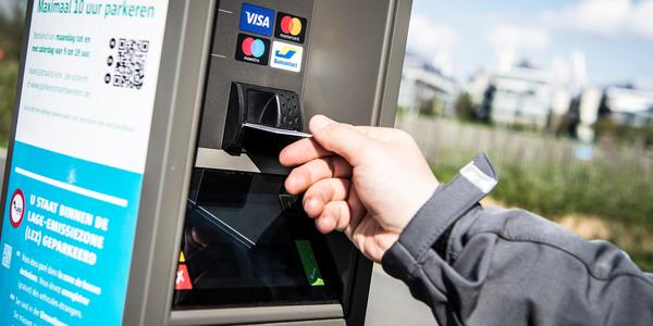 Betalen aan de parkeerautomaat