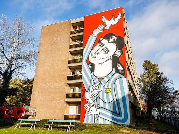 Mala Zimetbaum siert de zijgevel van een appartementsgebouw in Borgerhout.