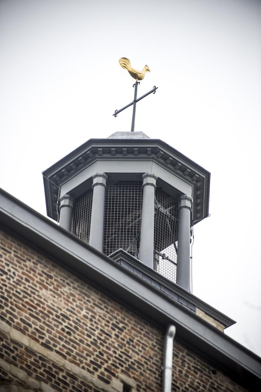 Gerestaureerde klokkentoren van de kerk Brabantse Olijfberg