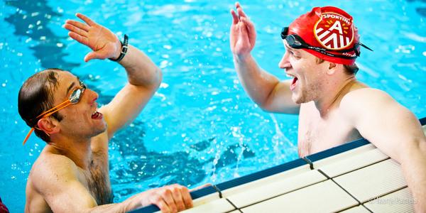 Zwemmers in zwembad Wezenberg