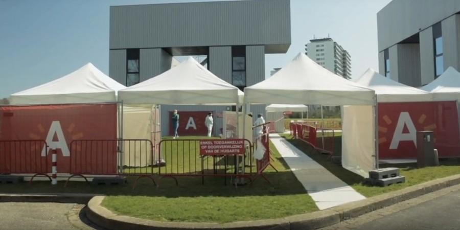 Een triagepunt in Antwerpen, met grote banners van stad Antwerpen en enkele witte tenten.