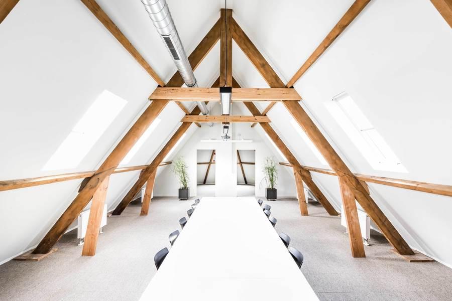 In de dakconstructie van de kapel werd een nieuwe vloerconstructie gemaakt boven de bestaande gewelven. Het dakgebinte werd verstevigd waar nodig. Zo werd een vergaderruimte gecreëerd.