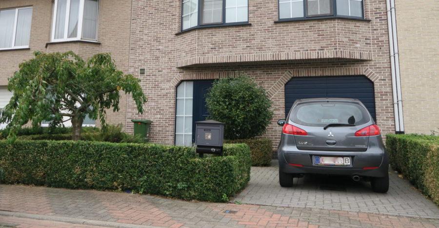Deze inrichting houdt er rekening mee dat de autodeur in het midden van de auto is en takt het pad van daaruit af naar de voordeur.