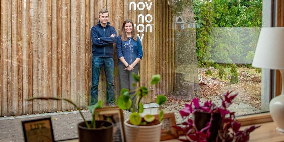 Benjamin en Liesbeth poseren in de tuin van Novonov