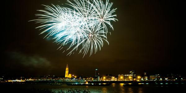 Vuurwerk boven de Schelde, met op de achtergrond de kathedraal