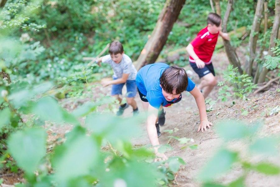 Kinderen die naar boven klauteren op een berg
