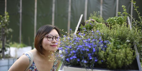 Vrouw ruikt aan bloemen