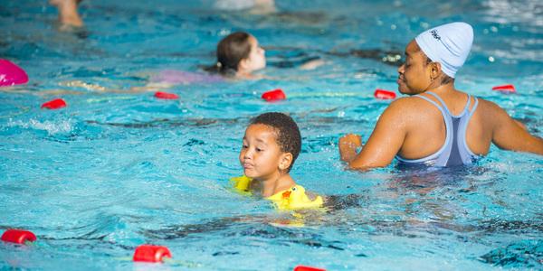 zwemmend kindje in zwembad Arena in Deurne