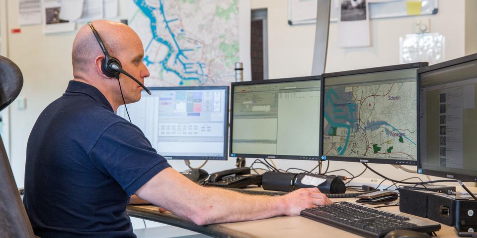 Een medewerker van de seinkamer van Brandweer Zone Antwerpen aan het werk