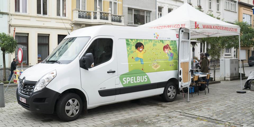 De Spelbus in een Antwerpse straat.