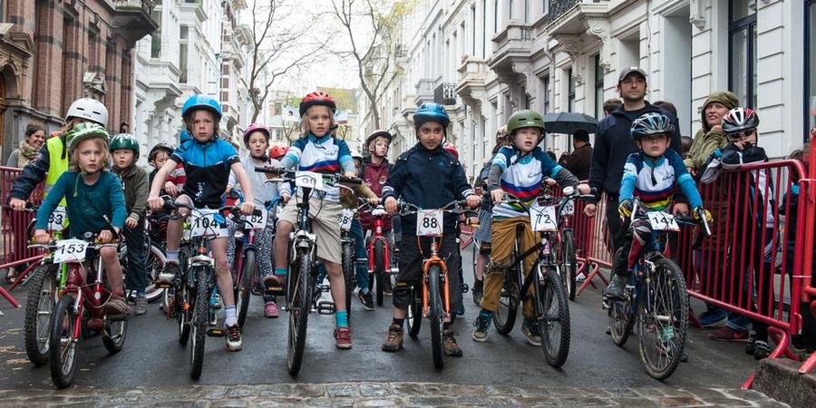 Kinderen op de fiets staan klaar aan de start