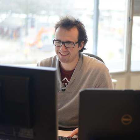 Werftoezichter behandelt mails aan de computer