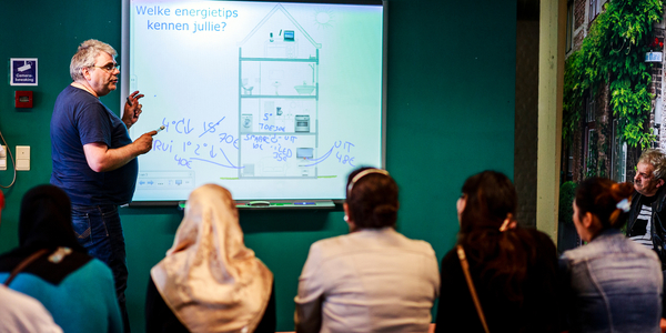 Lesgever in het EcoHuis geeft tips om energie te besparen