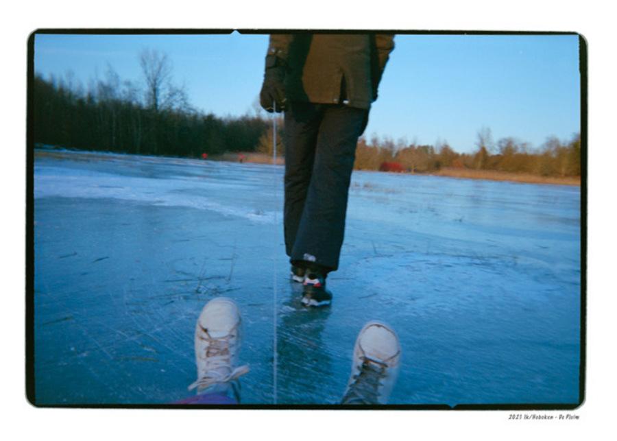 Een man op het ijs met daarvoor een paar sneakers