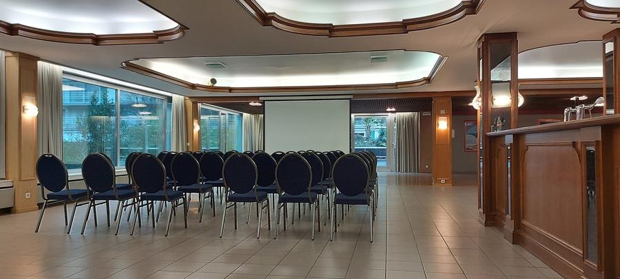 Stoelen staan in rijen achter elkaar voor een presentatie in zaal Gietschotel