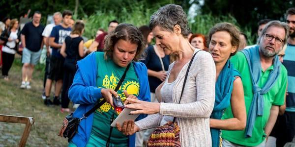 Mensen staan in de rij voor voorstelling Zomer van Antwerpen