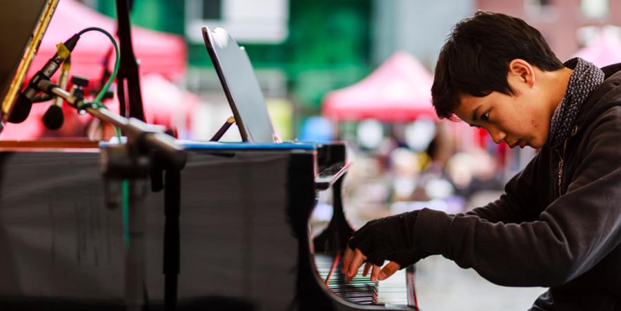 Een jongen speelt piano