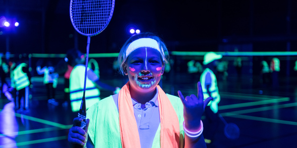 Badmintonspeelster in fluo outfit