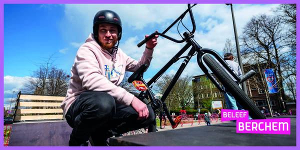 Jimmy poseert met zijn bmx aan een skatepark.
