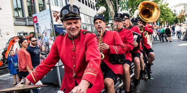 vijf muzikanten op één fiets
