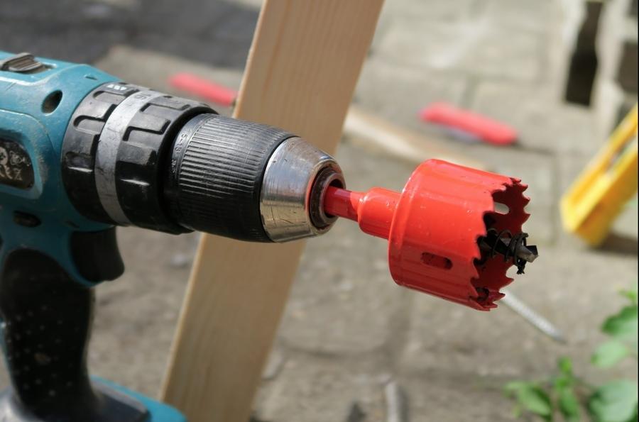 Boor de gaten voor kraan en wateraansluiting in de ton en monteer de onderdelen.