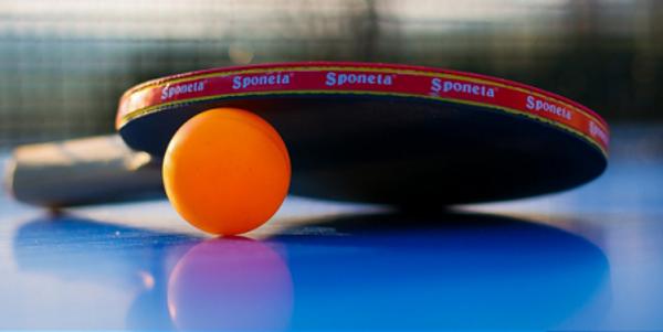 Tafeltennispallet en bal op tafel