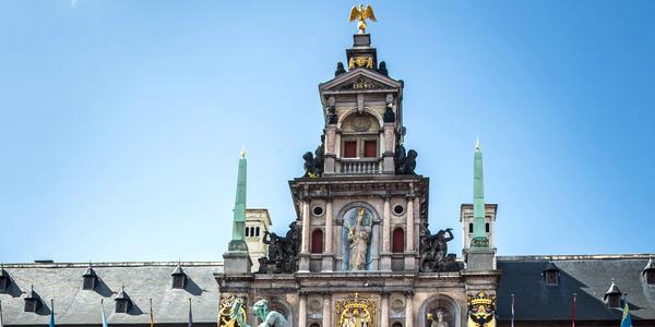 Koperen obelisken aan het stadhuis van Antwerpen