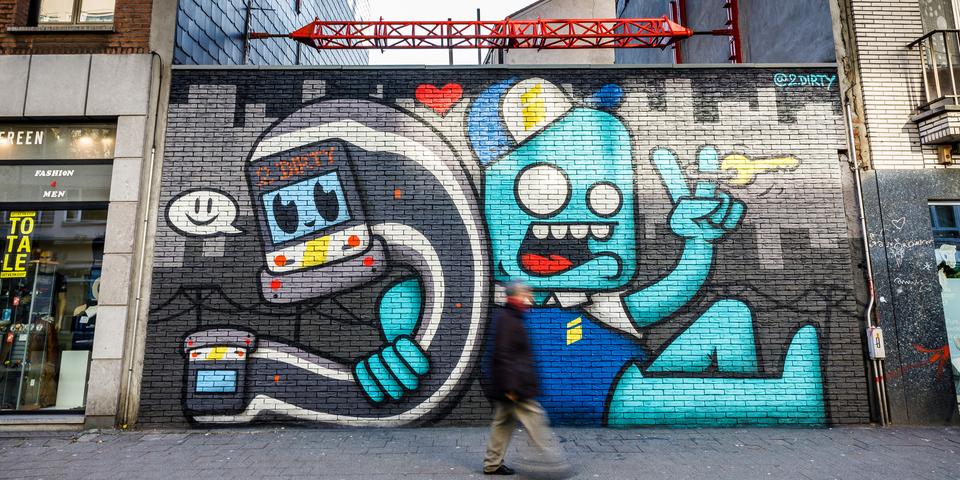 Streetart aan de Turnhoutsebaan 142: telefoon en blauw mannetje