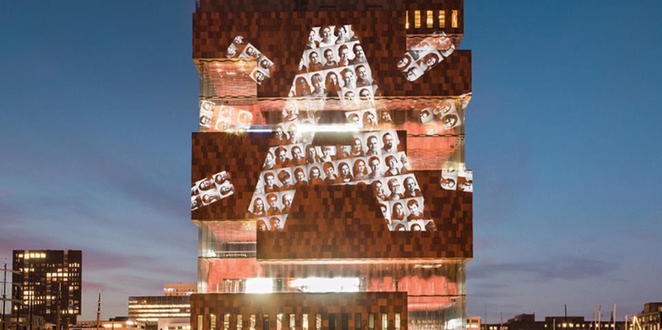 Campagnefoto van het MAS met de stralende A vol Antwerpenaars