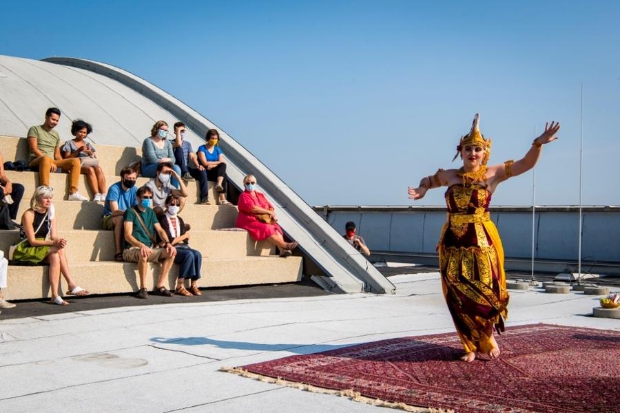 Danseres in traditionele Aziatische kledij en publiek