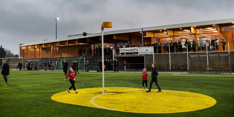 Voetbal- en korfbalveld aan het sportgebouw Park Groot Schijn