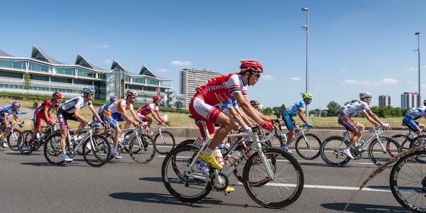 Wielrenners op Antwerpse wegen tijdens de Tour van 2010.