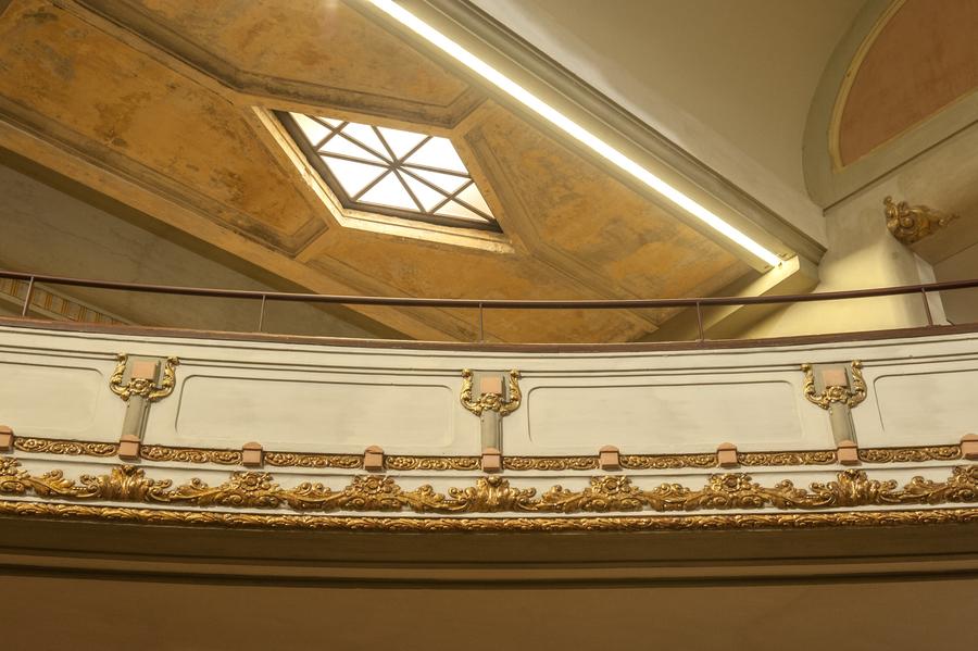 Beschadigingen aan het stucwerk werden bewust niet gerestaureerd, ze tonen de gevolgen van de tand des tijds.