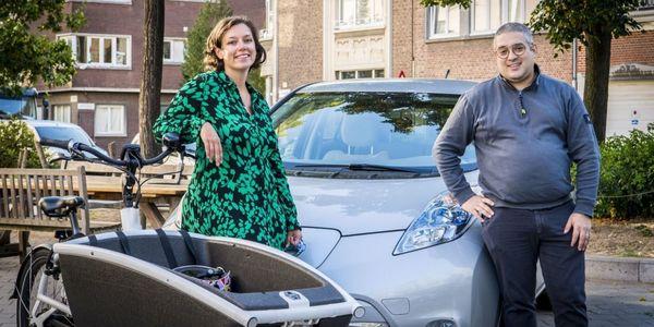 Collega's Olivia en Charadine met hun bakfiets en elektrische dienstwagen