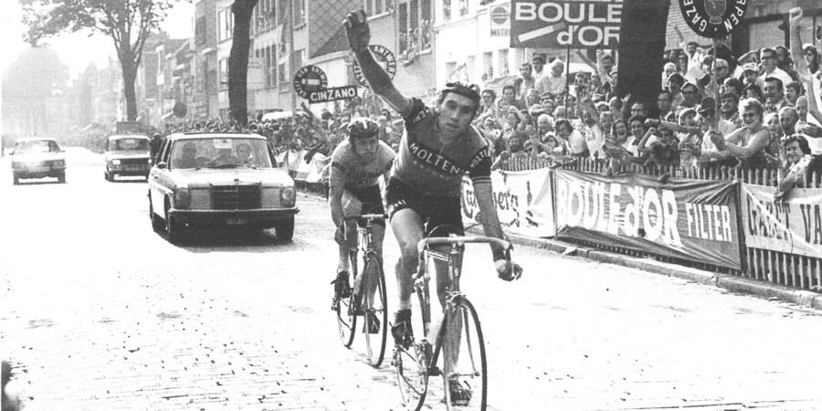 Een zwart-wit beeld van de overwinning van Eddy Merckx op de Grote Prijs van Wilrijk in 1973