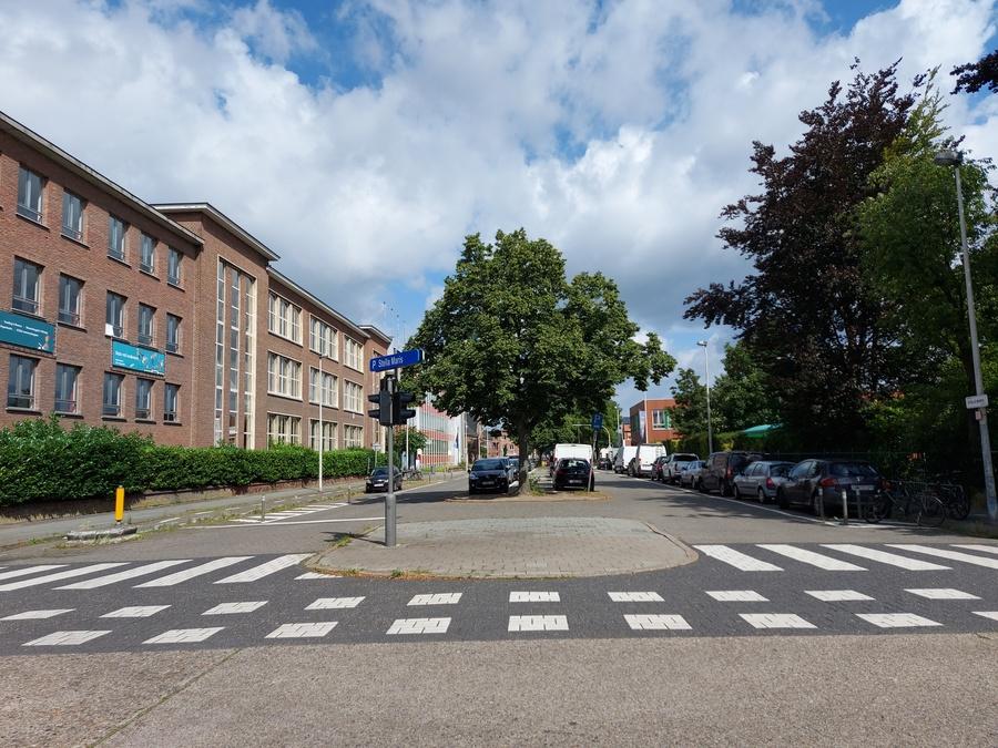 Middenberm voor werken hoek Gildestraat/C. De Jongstraat