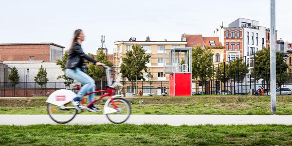 Meisje op Velo-fiets