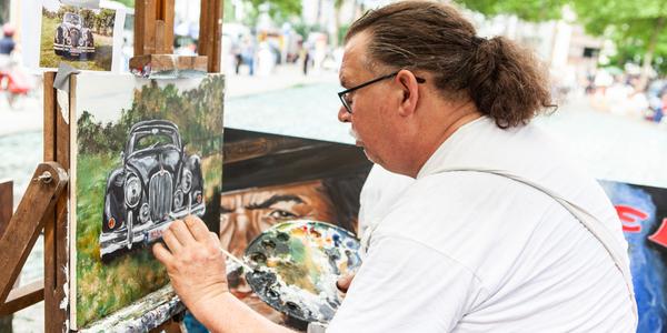 kunstenaar schildert auto
